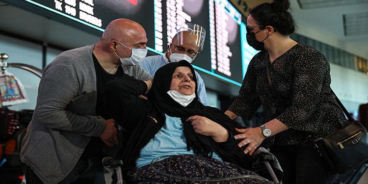 Almanya'da bakımevinde kalan felçli kadın Türkiye'ye getirildi
