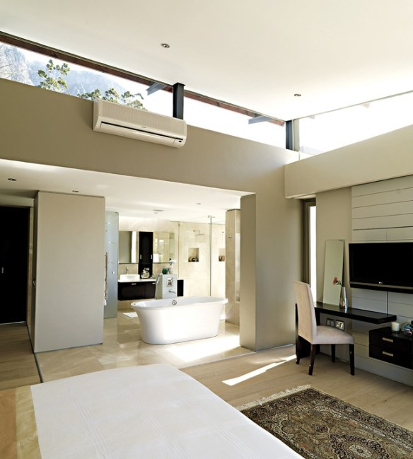 Interior spaces on the ground floor interlink and also access the exterior via wide sliding glass doors.