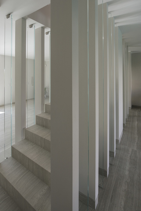Neolith House Rome_Floors & Stairs_Strata Argentum Riverwashed (11)