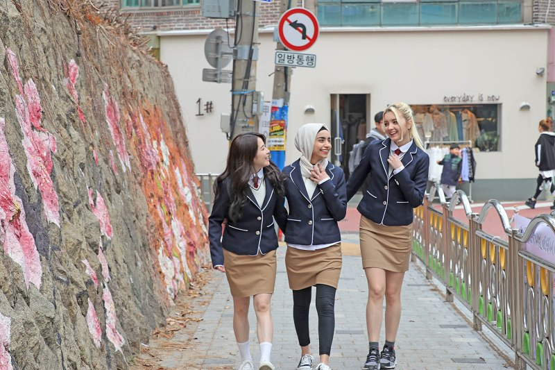 "Korea's New Trend, ""Snap Photo With Wearing School Uniform"