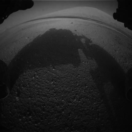 Imagen de la Hazcam delantera izquierda. Se observa Aeolis Mons y delante una franja oscura que corresponde con un campo de dunas. NASA/JPL-Caltech.