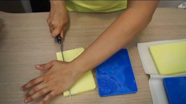 Cortamos el jabón en tiras y dados para hacer las inclusiones