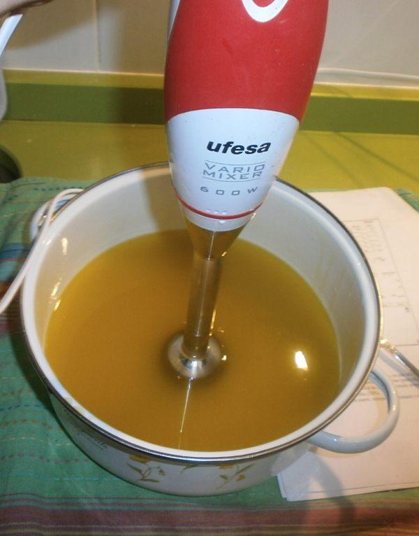 Remover la mezcla para hacer jabon con la batidora