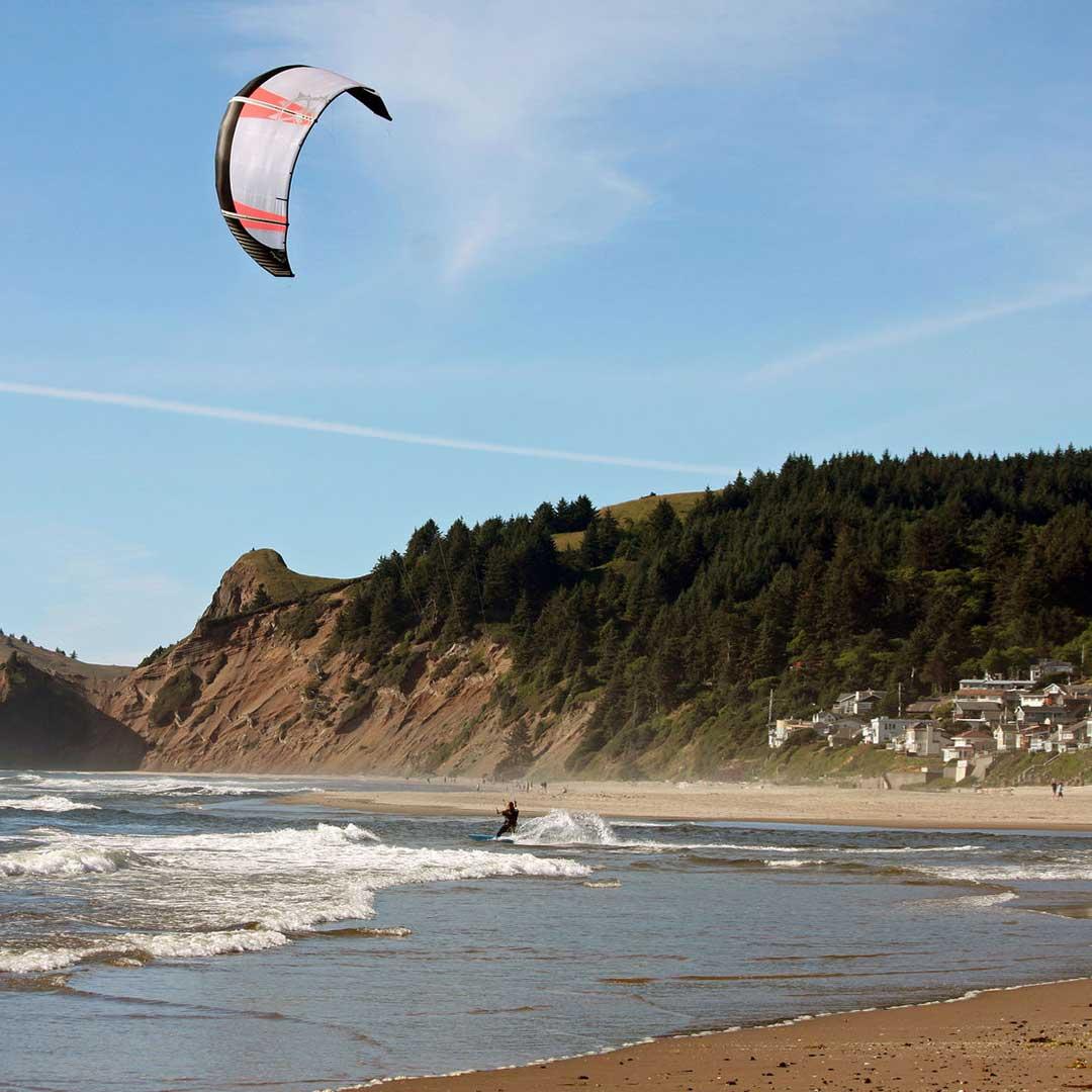 Kitesurfing at Lincoln City Beach. Photo © Elaine Giadone/123rf.