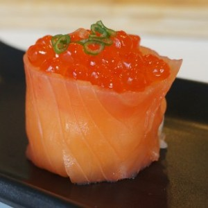 Salmón Ahumado Gunkan Sushi con Tobiko