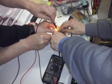 Erstmal messen, ob die Spannung zusammen bricht unter der Last der LEDs.