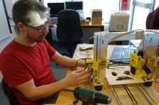 Workshopleiter Stefan baut ebenfalls mit - an einem neuen Drucker für den Verein