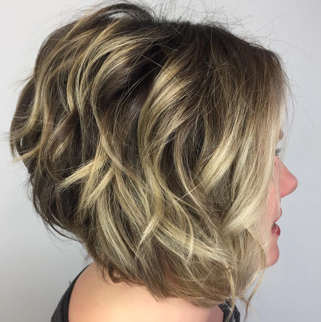 Elegant Inverted Bob with Blonde Highlights