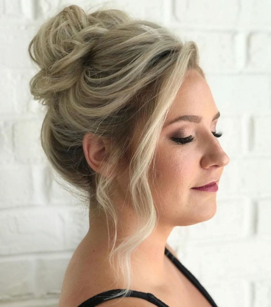 Simple Messy Bun for a Round Face