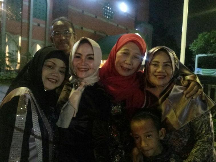 Horor, diam-diam ada yang ikut selfie di foto keluarga ini