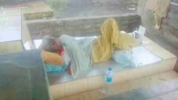 Gak punya rumah, kakek korban tabrak lari ini tidur berselimut handuk beralas tikar di atas pekuburan