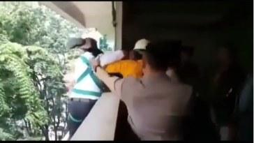 Berniat akhiri hidup, video detik-detik polisi gagalkan aksi bunuh diri seorang wanita ini bak drama, bikin tegang!