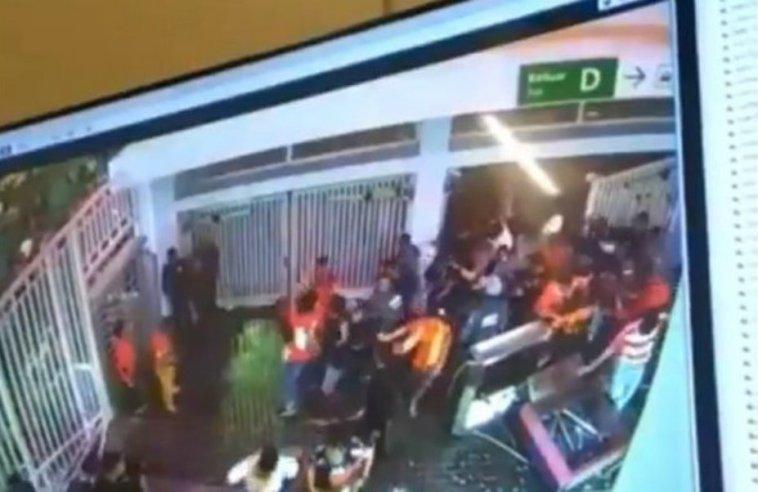 Video oknum suporter bola rusak fasilitas Stadion GBK saat Piala Presiden 2018 viral, netizen ngomong kasar saking keselnya