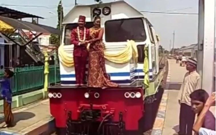Bukan di gedung, pasangan pengantin di Brebes ini nikah di gerbong kereta, super sekaleh!
