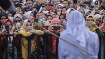 Foto hukuman cambuk di Aceh ini viral, netizen salfok sama mbak baju kuning, cuma dia yang simpati!