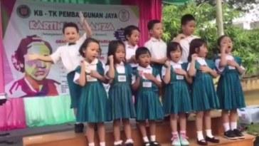 Gemesin, disaat yang lain serius nyanyi Ibu Kita Kartini, bocah ini malah asyik joget sendiri, suka-suka kamu wae dek!