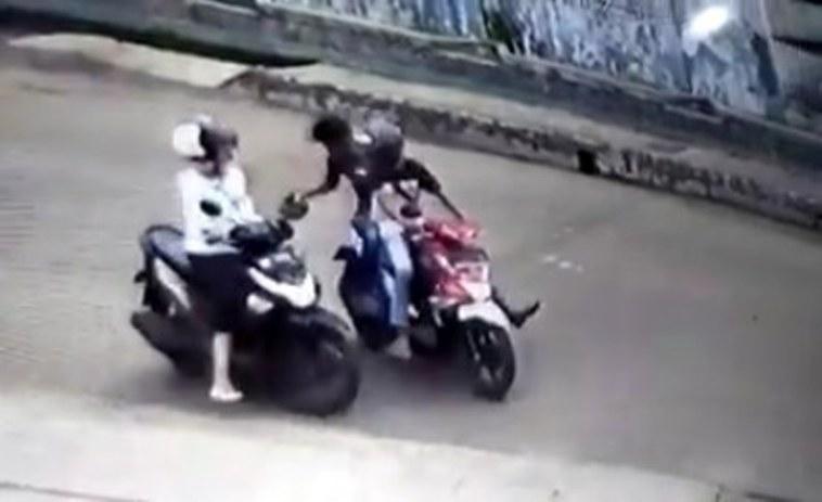 Video aksi jambret terekam kamera CCTV di tengah hari bolong ini ngeri, selalu waspada!