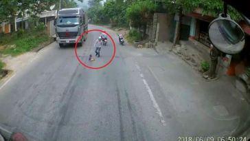 Balita nyebrang jalan sendirian, 2 truk yang melaju dibikin ngerem mendadak, videonya viral!