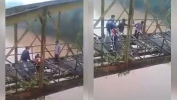 Nekat selfie di jembatan rusak, remaja ini hampir jatuh ke sungai, proses penyelamatan bikin geram