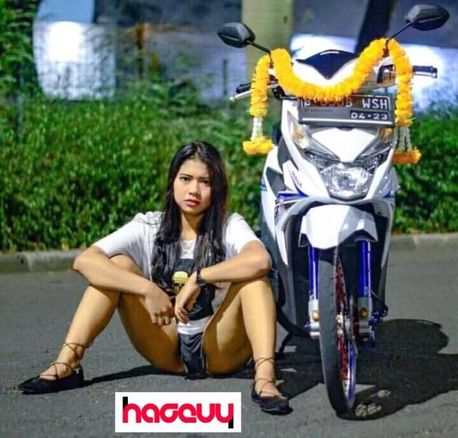 Parah! Pose cewe buka baju pamer isi bra dan celana dalam di depan motor modifikasi bikin netizen geger