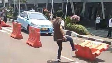 Viral video! Aksi pencurian taksi di Bandara Bandung, Pelaku coba tabrakan mobil ke arah kerumunan warga