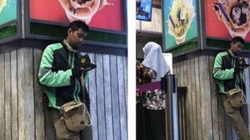 Nunggu pesanan selesai sambil membaca Al-Quran, aksi driver ojek online ini tuai pujian dari netizen