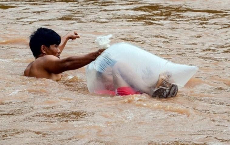 Potret perjuangan pria Vietnam bantu anak-anak sebrangi sungai untuk bersekolah ini bikin terharu