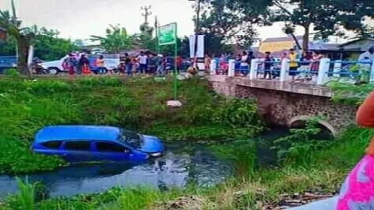 Kecelakan di Banjarsari Ciamis, diduga sopir ugal-ugalan Avanza biru terjun bebas ke sungai