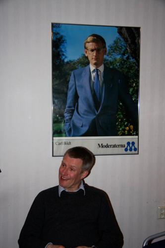 Göran Pettersson framför affisch med Carl Bildt