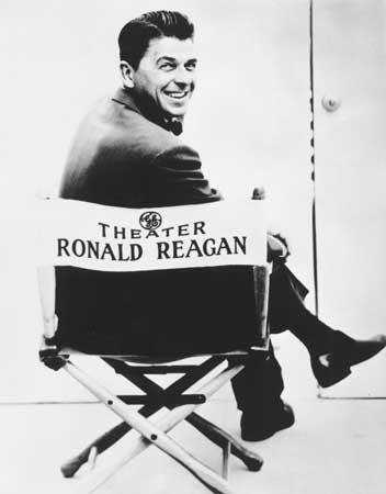 Ronald Reagan vänder sig mot kameran sittande på en regissörsstol med hans namn