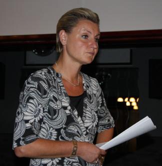 Maria Abrahamsson md papper i handen