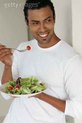 Glad man äter sallad