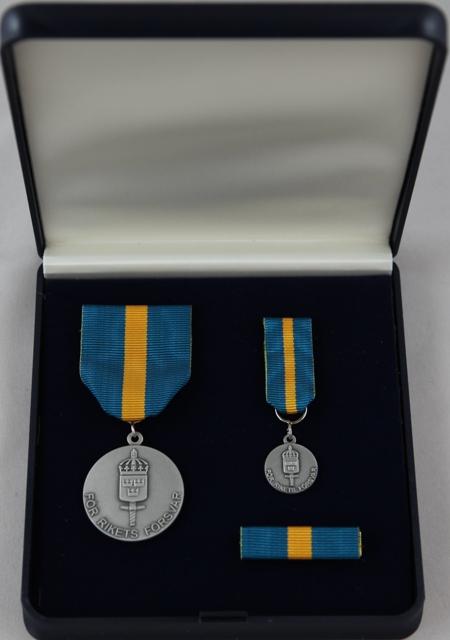 Etui med stor medalj, miniatyrmedalj och släpspänne, bandet blått-gult-blått