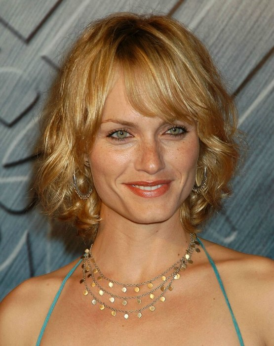 Amber Valletta wearing a medium length hairstyle with