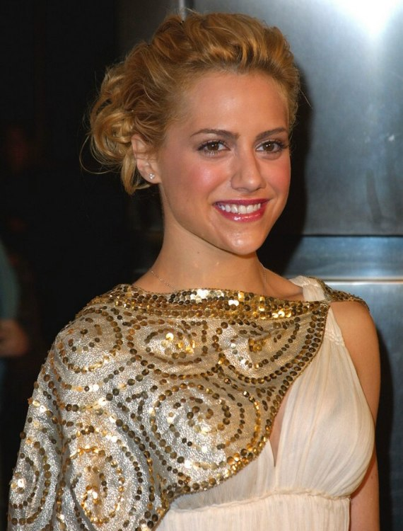 Brittany Murphy wearing her hair in an updo with a curly bun