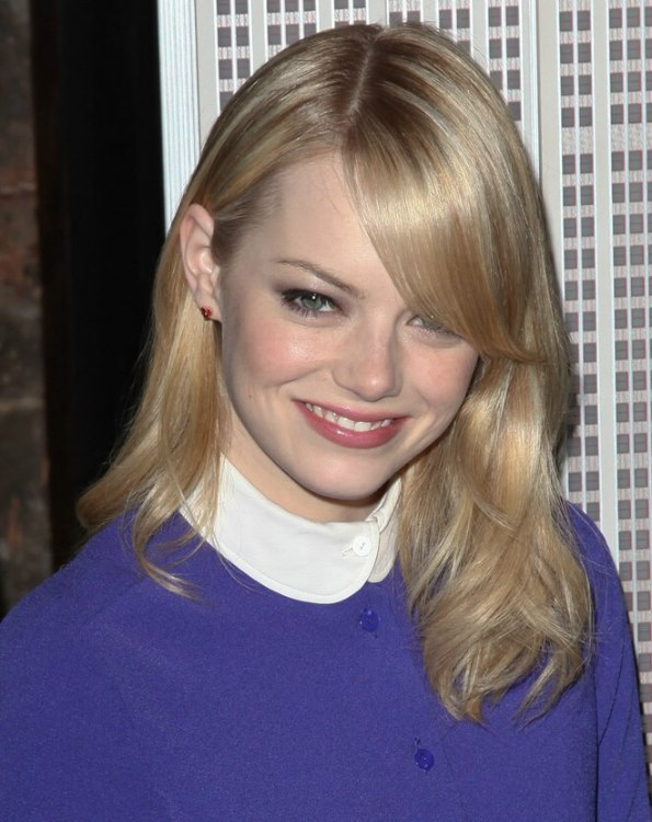 Emma Stones casual long hairstyle for a fun night out