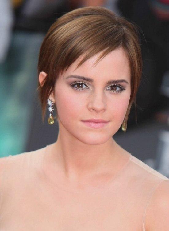 Emma Watsons Short Hairstyle With Fringe Around The Nape