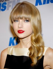 taylor swift long loosely curled