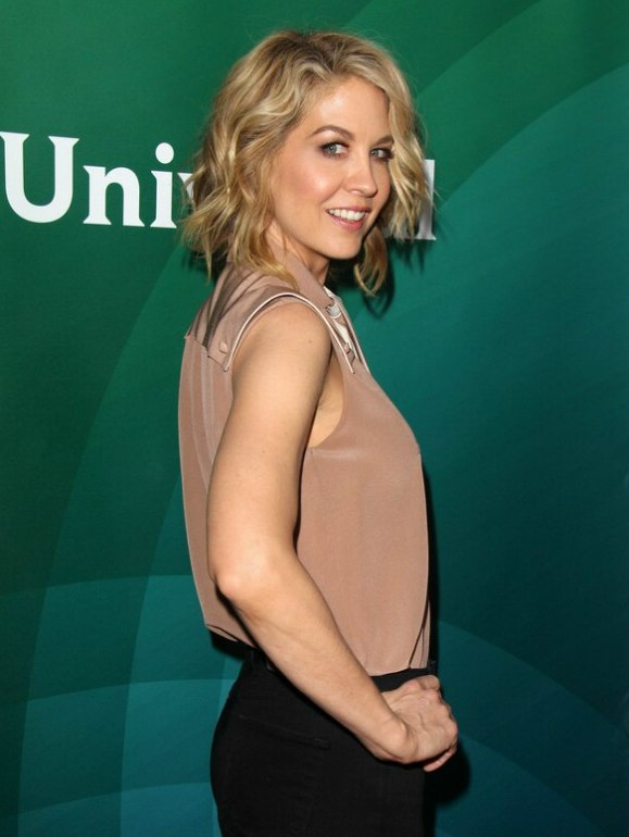 Jenna Elfman Blended Blonde Hair In A Wavy Bob For A