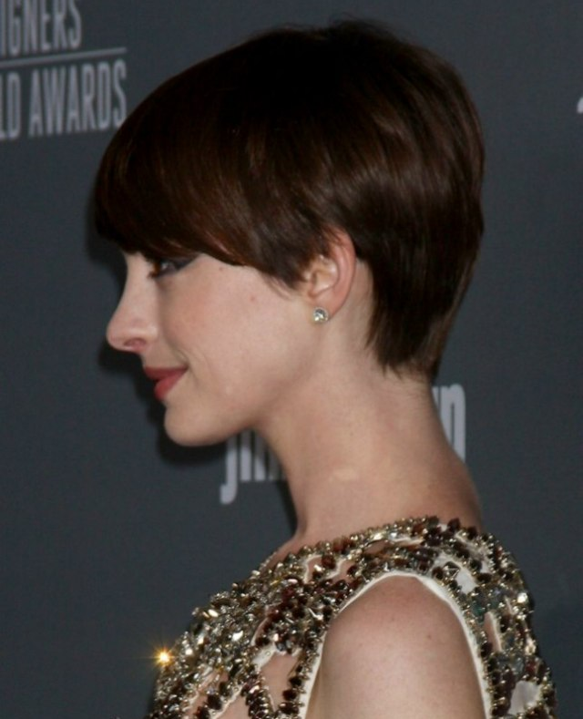 anne hathaway | slightly grown out pixie haircut with heavy