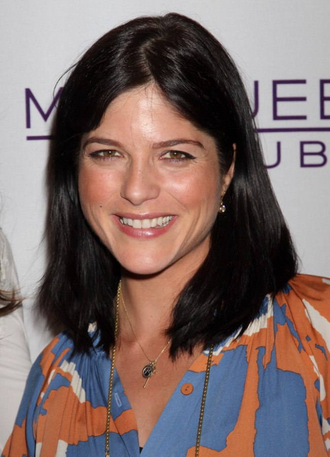 Selma Blair Wearing Her Hair Medium Length And Tipping Her