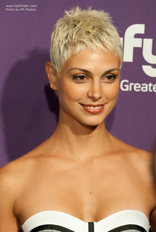 Morena Baccarins new short blonde hair with darker tones at the scalp