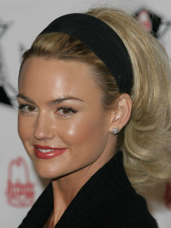 Kelly Carlson With Her Hair Puffed Up And Wearing A Headband