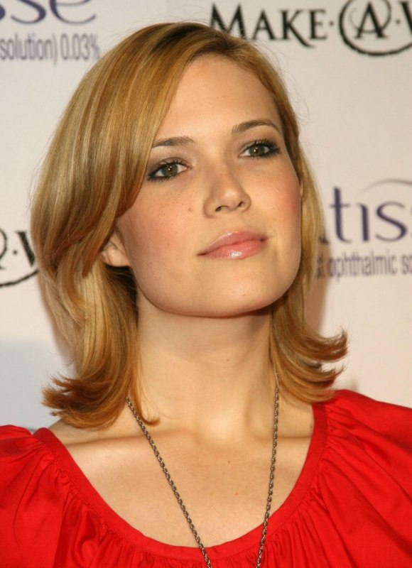 Mandy Moores Simple Medium Length Hairstyle With Layers