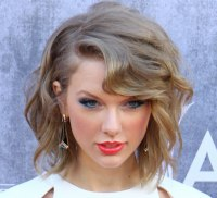 Taylor Swift wearing her hair in a new short style ...