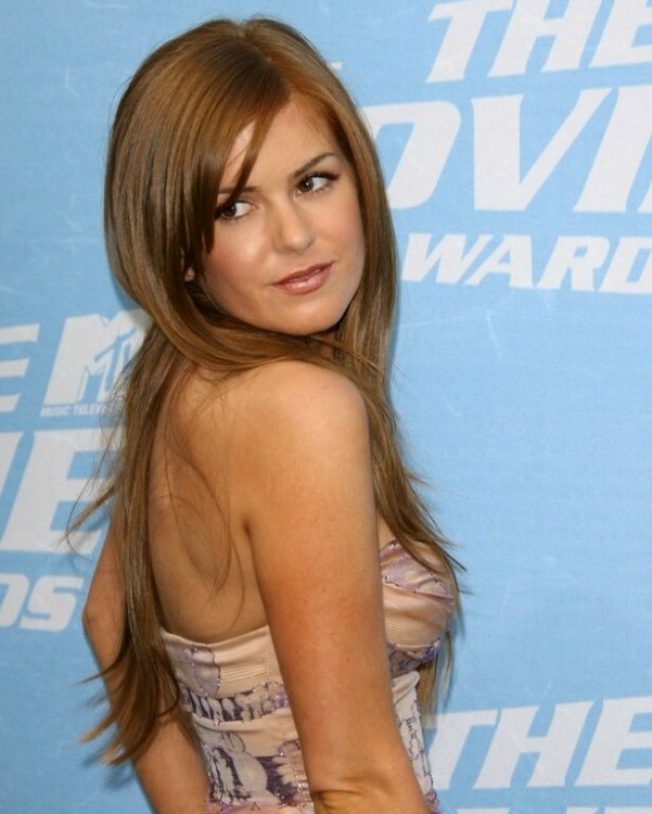 Isla Fishers long reddish blonde hair with tapered bangs