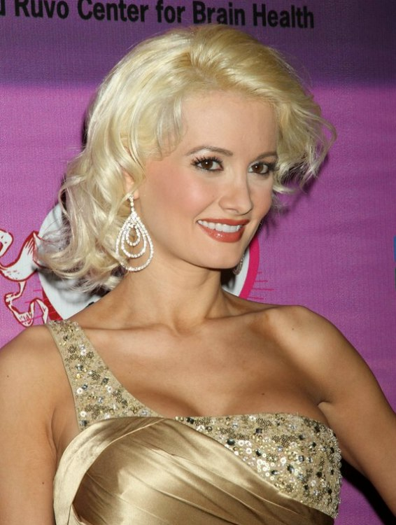 Holly Madisons blonde hair in a retro look with curl and a body wave