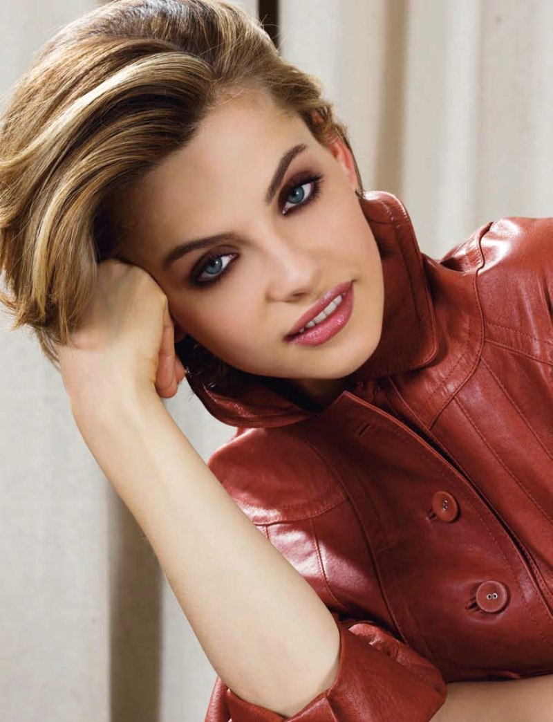 Short Haircut For Professional Women Keeps Collars Of Blouses