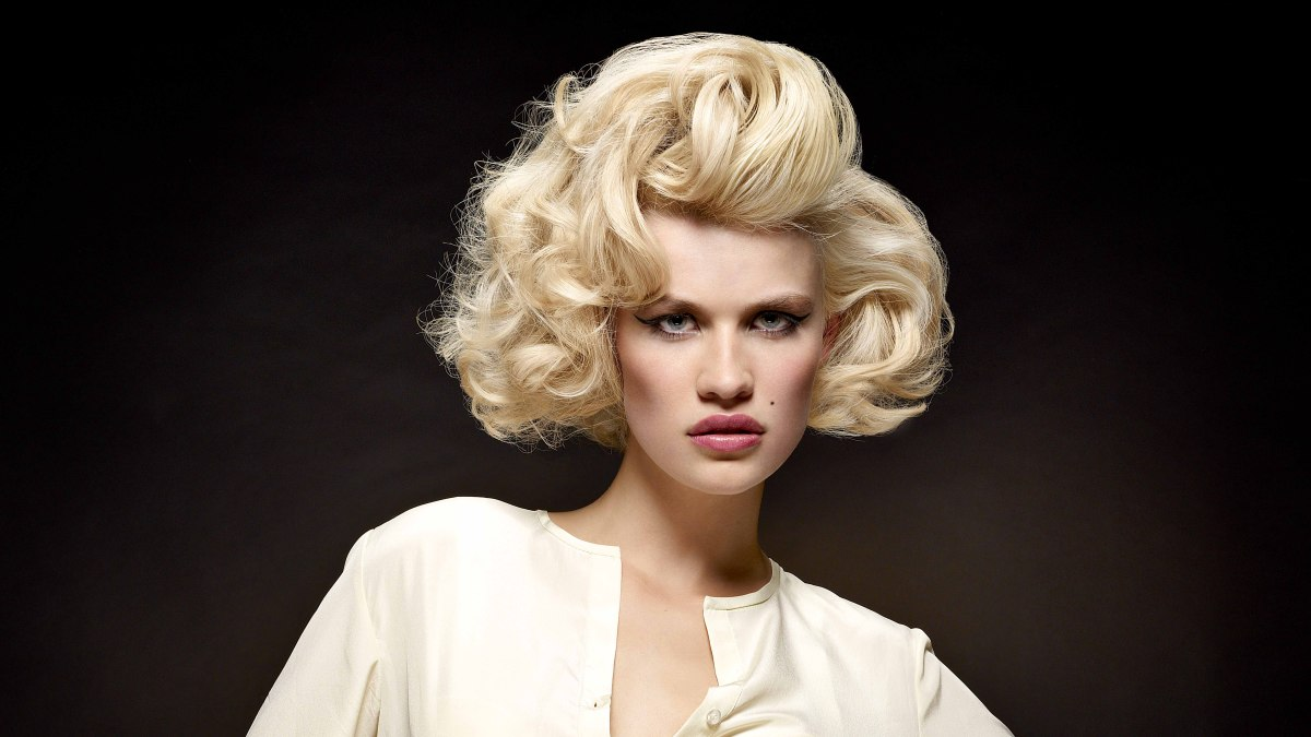 Curled hairstyle for a Marilyn Monroe look