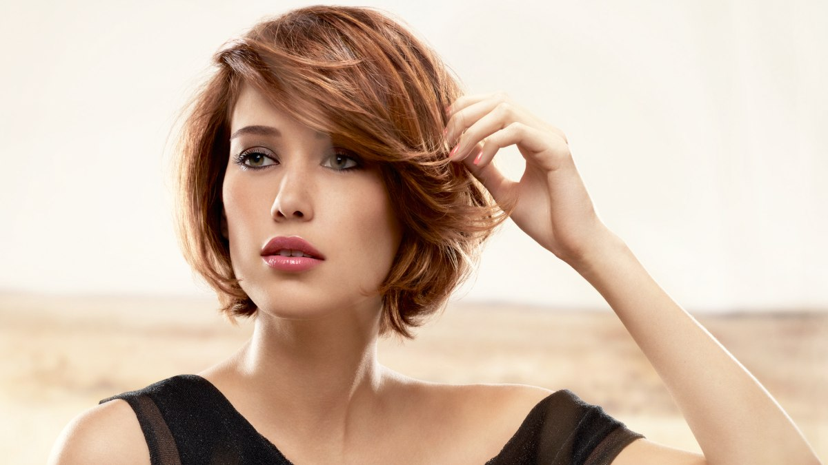 Short layered bob with feathering and ends that are curved